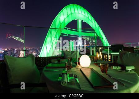 Red Sky Bar, l'un des multiples bars sur le toit à Bangkok, Thaïlande Banque D'Images