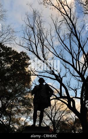 Ciel bleu soir portrait silhouette sculpture William Shakespeare, avant les arbres d'automne, le Mall, Central Park Banque D'Images
