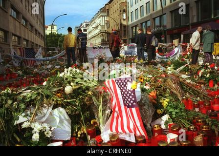 Berlin, Allemagne, des fleurs et des bougies devant l'ambassade des États-Unis à la suite des attaques terroristes