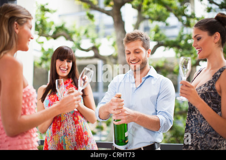 Friends drinking champagne together Banque D'Images