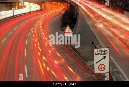 Sentiers de véhicules légers sur l'autoroute la nuit Banque D'Images