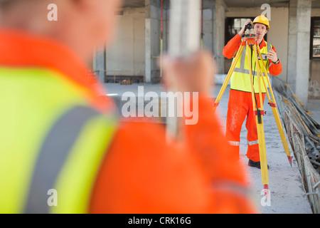 Travailleurs utilisant des engins sur le site Banque D'Images