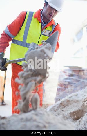 Le pelletage de travailleur sur place en béton