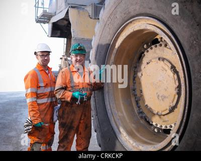 Workers standing par camion à la mine de charbon Banque D'Images