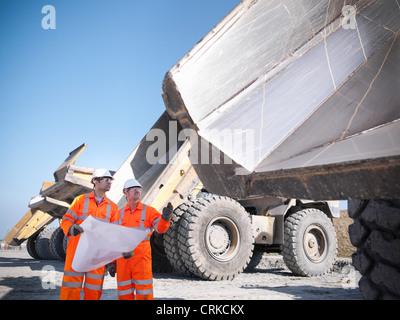 La lecture de bleus les travailleurs des mines de charbon à Banque D'Images