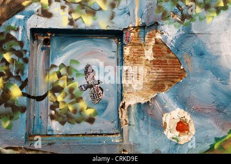Section d'un mur peint magnifiquement dans une ruelle dans le centre-ville rempli de graffiti Aberdeen, Washington. Banque D'Images