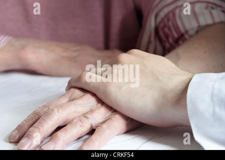 Garder de vieux médecin main de femme Banque D'Images