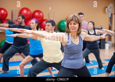 Les personnes pratiquant le yoga en studio Banque D'Images