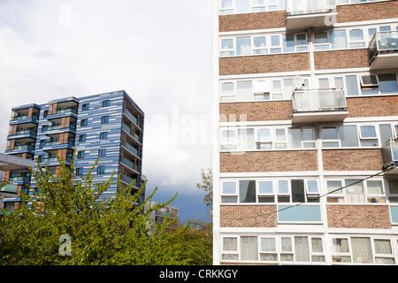 Contraste entre l'ancien haut lieu social maisons et appartements neufs dans le Queens Park, Londres, UK. Banque D'Images