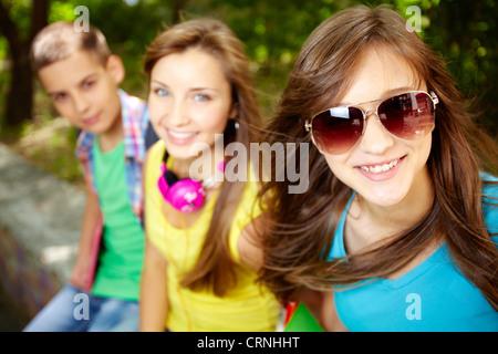 Cool les adolescents traînant ensemble sur les vacances d'été Banque D'Images