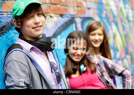 Les adolescents Cool hanging out together outdoors Banque D'Images