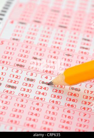 Close-up de billet de loterie et crayon