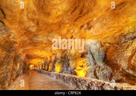 L'intérieur d'une grotte tunnel à Chimney Rock Park en Caroline du Nord, USA. Banque D'Images