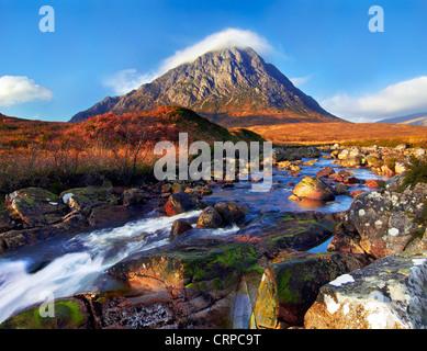 Vue sur la rivière Etive vers Buachaille Etive Mor, l'un des plus reconnaissables dans les montagnes de l'Écosse. Banque D'Images