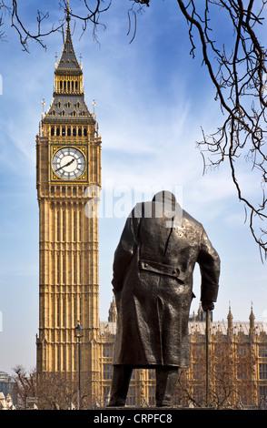 La statue de Winston Churchill à la place du Parlement, érigée en 1973 par Ivor Roberts-Jones, face à Big Ben et Banque D'Images