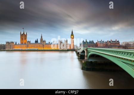 Westminster Bridge sur la Tamise menant vers Big Ben et les chambres du Parlement. Banque D'Images