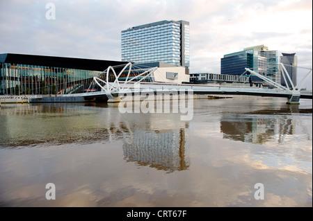 Melbourne Convention Centre, South Wharf et de gens de pont sur la rive sud du fleuve Yarra de Melbourne, Victoria Banque D'Images