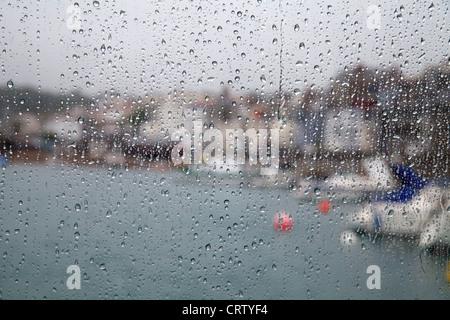 Gouttes de pluie sur les vitres du ferry pour Herm surplombant Port de St Peter Port, Guernsey Banque D'Images