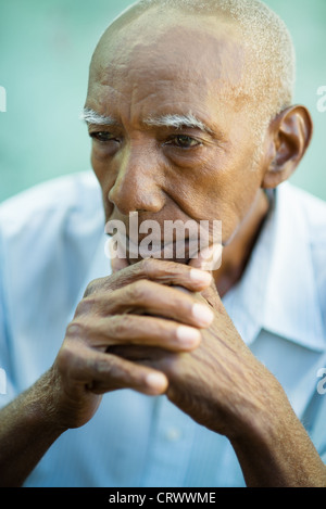 Les aînés de portrait old african american man contemplative à la route. Copy space Banque D'Images