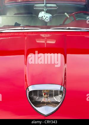 Détails sur les années 1950 brillant rouge Ford Fairlane Skyliner American Classic motor car avec le furry dice Banque D'Images