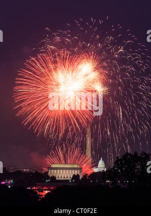 Célébrations du Jour de l'indépendance d'artifice plus de monuments de Washington DC Banque D'Images
