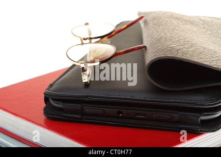 EBook reader pile de livres, lunettes, isolated on white Banque D'Images