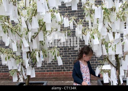 Serpentine Gallery - arbre des désirs par Yoko Ono - enfant l'examen des étiquettes avec des souhaits écrits sur eux