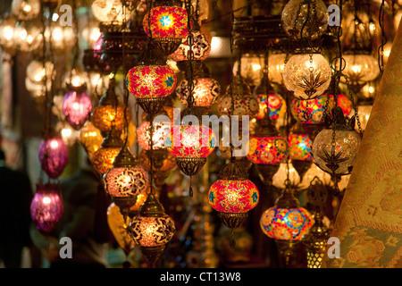 Lanternes colorées à vendre Banque D'Images