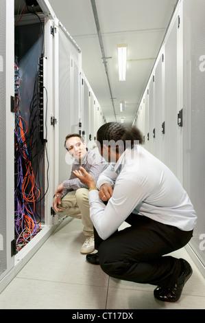 Hommes d'examiner les fils dans server