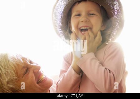 Femme avec sa petite-fille à l'extérieur Banque D'Images