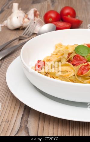 Les fettuccine con Aglio e pomodoro - Pâtes à l'ail et les tomates Banque D'Images