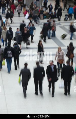 Les gens (Homo sapiens). Arrivée, Départ de la gare. La gare de Liverpool Street. Londres. L'Angleterre.