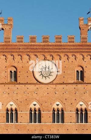 Close-up de façade gothique du Palazzo Pubblico (Mairie) à Piazza del Campo, Sienne, Toscane, Italie