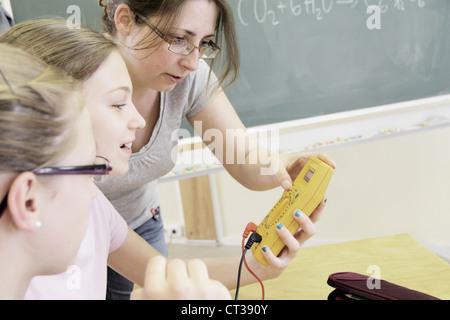 L'enseignant et les étudiants en laboratoire de technologie