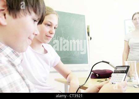 Les étudiants qui travaillent dans le laboratoire de technologie Banque D'Images