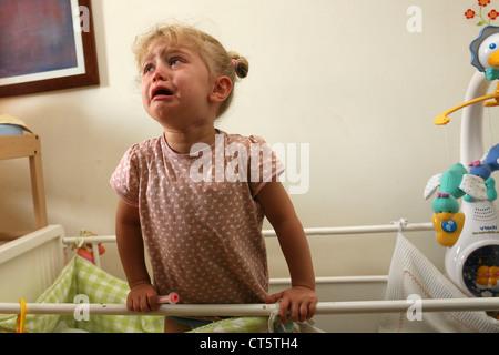 1-3 ANS bébé qui pleure Banque D'Images