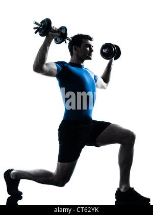 Un homme de race blanche l'exercice d'entraînement de formation de poids en silhouette fitness studio isolé sur Banque D'Images