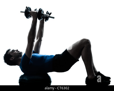 Un homme de race blanche l'exercice de formation de poids sur bosu remise en forme d'entraînement en silhouette Banque D'Images
