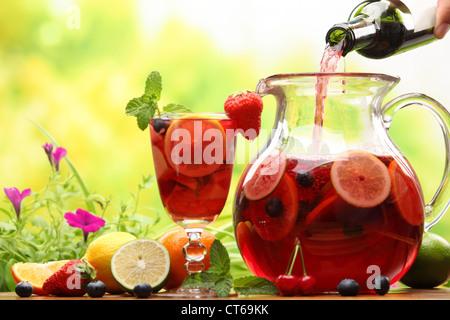 Sangria rafraîchissante (poinçon) avec des fruits