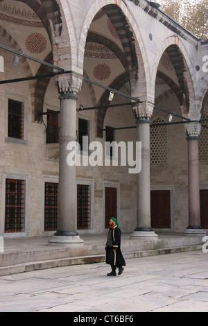 Musulman en vêtements traditionnels autour de la cour intérieure de la Mosquée Sultan Ahmed, Sultanahmet, Istanbul, Turquie