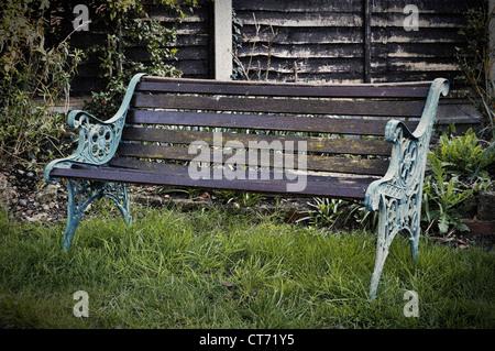 Vintage banc dans un jardin, style retro photo avec du grain de film et vignette Banque D'Images