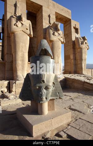 La tête de granit au Ramesseum, temple de Louxor, Egypte Banque D'Images