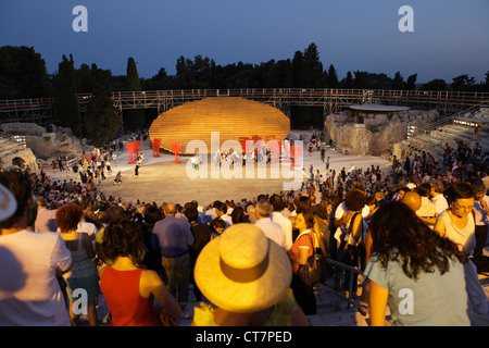 """""""Oiseaux"""" de la performance d'Aristophane au Théâtre Grec de Syracuse, Sicile, Italie Banque D'Images"""