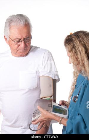 La pression artérielle de l'infirmière a senior patient Banque D'Images