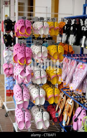 Sabots chaussures en plastique sur un stand à l'extérieur d'une boutique espagne Minorque Banque D'Images