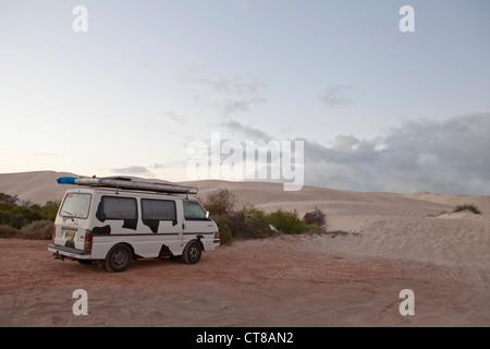 Un camping-car, le matin après avoir passé la nuit dans un parking Plage à Geraldton, Australie occidentale Banque D'Images
