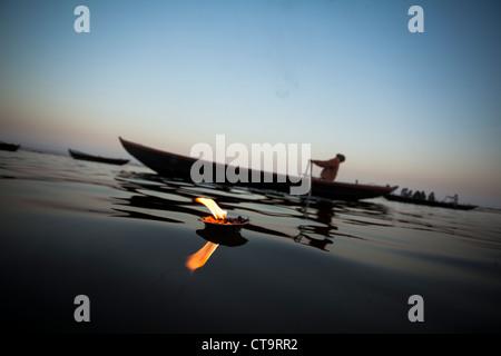 Lamplight avec voile en fleuve saint Ganga(Ganges), Varanasi, Uttar Pradesh, Inde Banque D'Images
