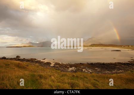 Au-dessus de l'arc-en-ciel paysage côtier, plage en automne, Fredvang, Flagstadoy, Lofoten, Nordland, Norvège, Scandinavie, Europe