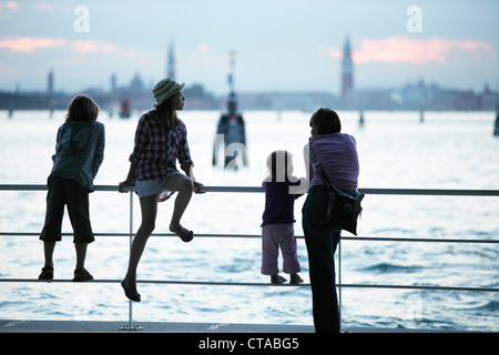 Famille à l'embarcadère du Lido de Venise, vue en direction de Venise, Vénétie, Italie Banque D'Images