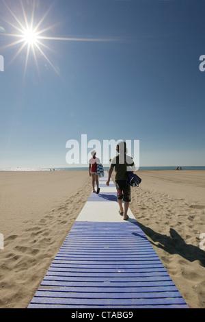 Les enfants sur la plage le matin, Lido di Venezia, Venise, Vénétie, Italie Banque D'Images